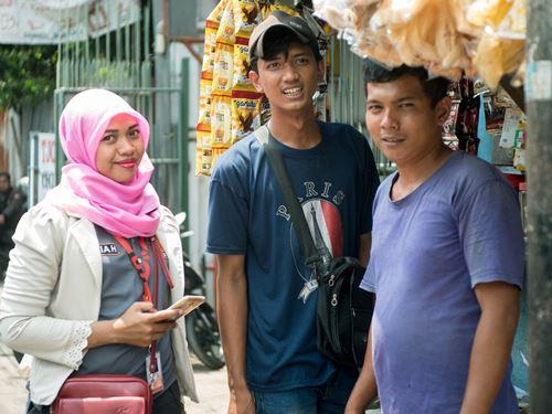 Nur Aliyah saat mengunjungi salah satu customer (foto: Harits Prabowo)