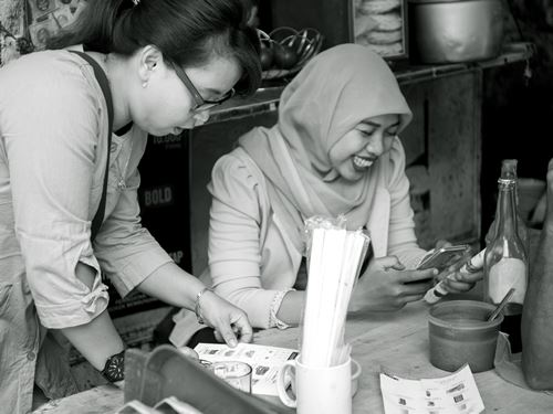 Nur Aliyah saat menjelaskan produk ke customer (foto: Harits Prabowo)